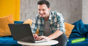 man volgt online cursus op de laptop