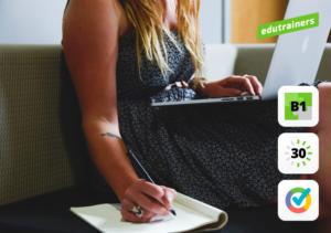 Vrouw werkt simultaan op laptop en op papier aan haar digitale competenties