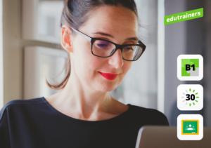 vrouw met rode lipstick en bril werkt op een laptop