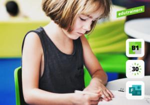 Kind werkt in het klaslokaal