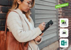 jonge professional noteert in de straat iets op haar tablet