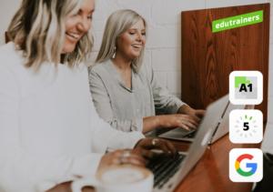 2 vrouwen van middelbare leeftijd leren werken met google g suite op hun laptops