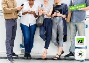 Staand groepje mensen kijken simultaan op hun smartphone