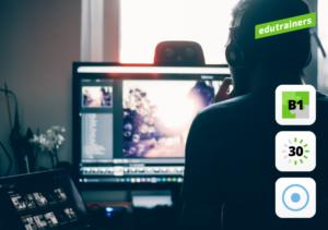 Man werkt op 2 computerschermen aan zijn digitale vaardigheden
